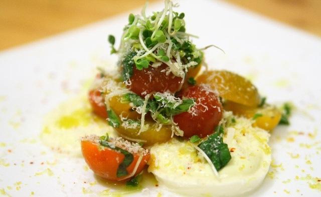 Салат з помідорів на ложе з моцарелли