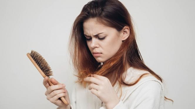 Як правильно боротися з випаданням волосся?
