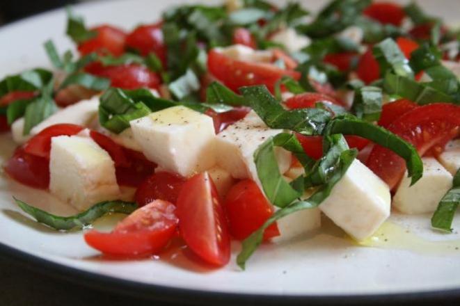 Салат з помідорів на ложе з моцарелли. Як приготувати?